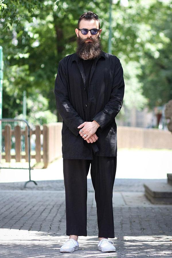 黒ステンカラーコート×黒ワイドパンツ×白ローカットスニーカー