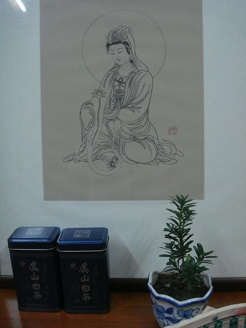 21 带回家的发绣观音像,鲍老师送的罗汉松小盆栽,Dr徐送的虞山白茶,东山杨梅