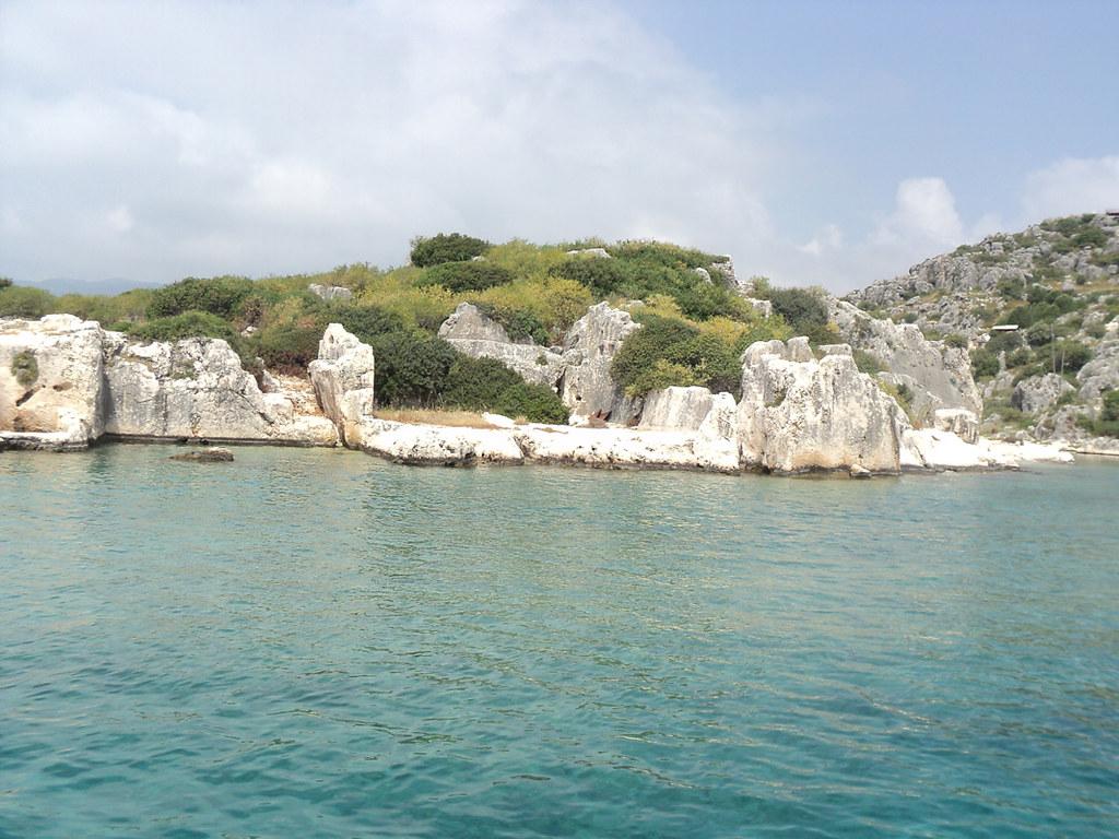 Остров на первый взгляд выглядит как куча камней...
