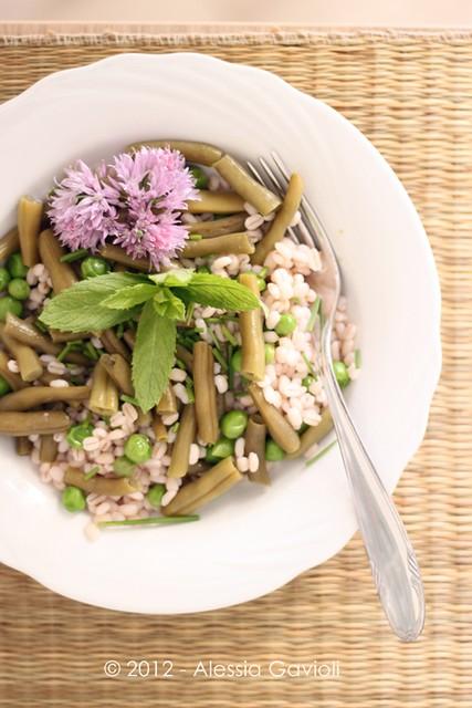 Orzo con fagiolini, piselli e erba cipollina