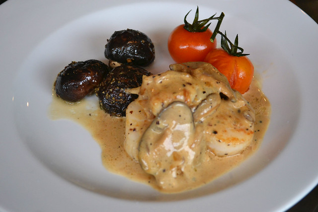 Seared Scallops in Mushroom Sauce with Vine Tomatoes & Sautéed Mushroom in White Wine