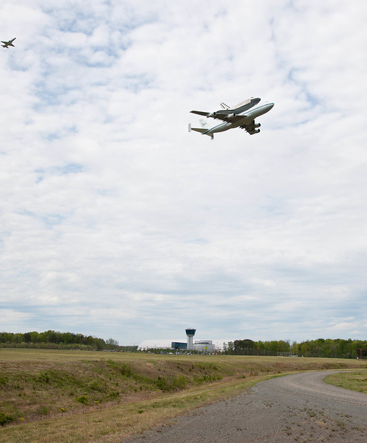 Shuttle Discovery Fly-Over (201204170014HQ)