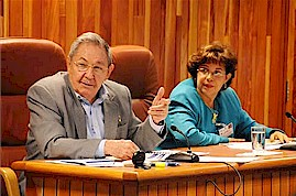 Cuban President Raúl Castro Ruz makes a comment, sitting with Lina Pedraza Rodríguez, Minister of Finance and Prices. (Foto: Estudios Revolución) by Pan-African News Wire File Photos