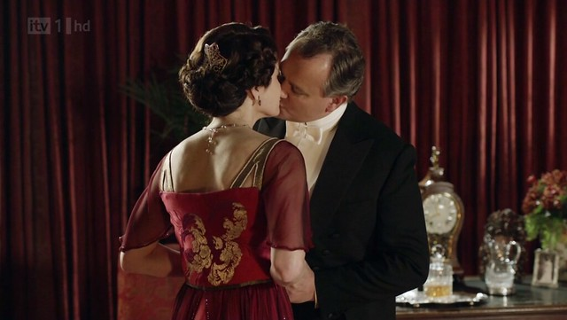 DowntonAbbeyS02E09_Cora_redgoldcenterback