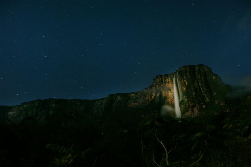 夜の闇に浮かぶエンジェルフォール