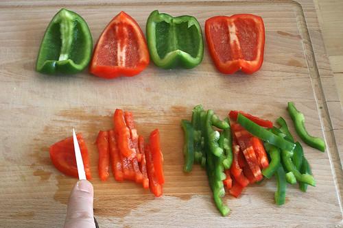 12 - Paprika in Streifen schneiden / Cut paprika in stripes
