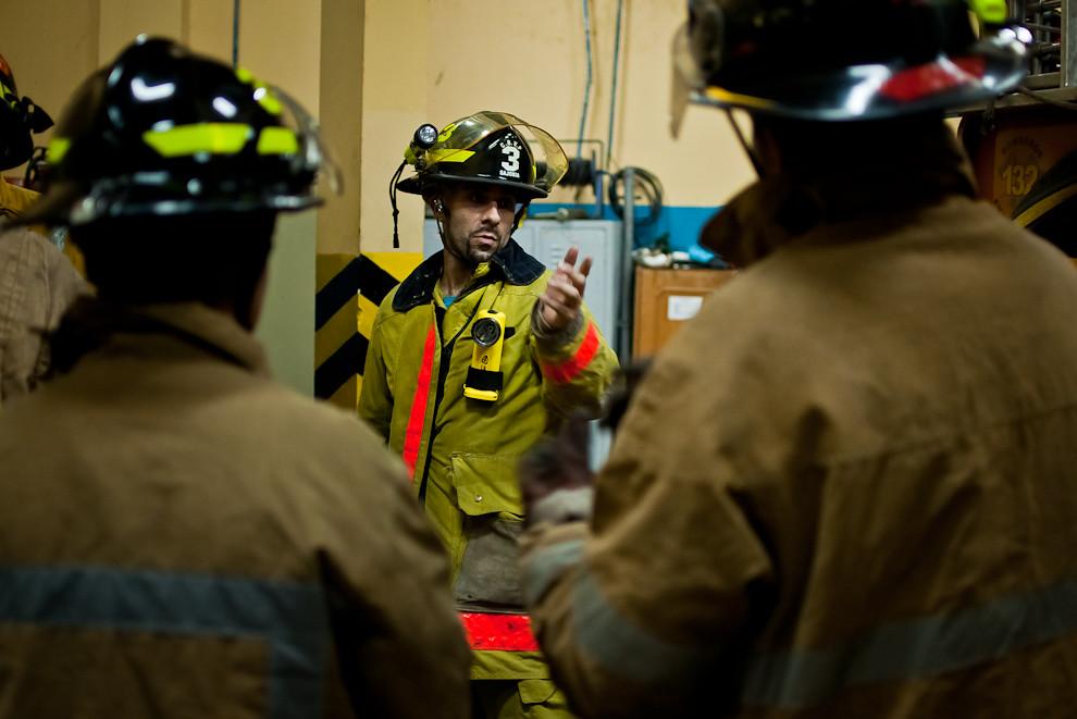 En el cuartel de la 3ra. Compañía, un bombero voluntario de mayor antiguedad coordina con sus compañeros la capacitación de los lunes, día en que los voluntarios hacen prácticas, en este caso se trataría de asistencia en accidente vehicular. Los días de prácticas naturalmente suelen ser dos días distintos a la semana, de acuerdo a las posibilidades, el voluntario puede optar por asistir a uno de los días establecidos. El constante entrenamiento hace a los bomberos más eficaces para prestar los servicios a la sociedad, pues aprenden de sus superiores las lecciones en base a experiencias vividas, con metodologías vigentes y también las actualizaciones por parte de aquellos que tomaron cursos profesionales en el exterior. (Elton Núñez)