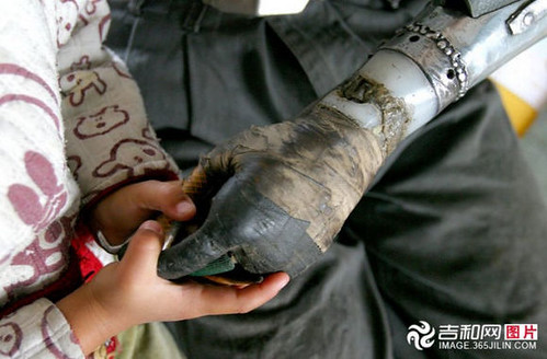 chinese_man_builds_himself_bionic_hands_from_scrap_metal_640_02