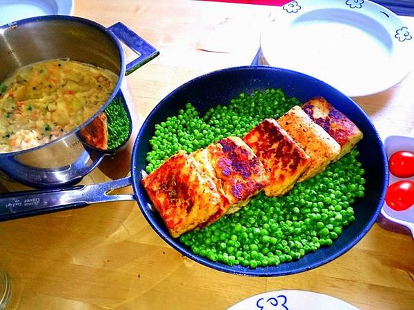 傑米.奧利佛的超級食物×金色鮭魚排配豌豆與蔬菜泥