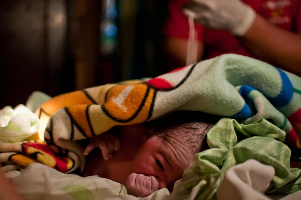 Una mujer dió a luz a un precioso varón en una precaria casa en la zona del puerto de Asunción, los bomberos voluntarios de Sajonia se hicieron presentes para asistir. Una vez culminado el parto procedieron al corte del cordón umbilical mientras esperaban la llegada de la ambulancia para el respectivo traslado a un hospital. (Elton Núñez)