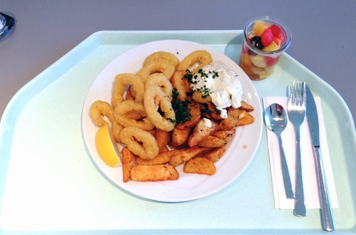 Calamari mit Kartoffel-Wedges & Remoulade / Fried squid rings with potato wedges & remoulade