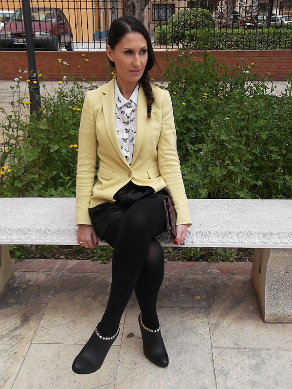 Blazers, amarillo pastel, short polipiel negro, camisa de estampado de animales, botines negros con tachuelas, punk, clutch granate, trenza al lado, pastel yellow, black faux leather shorts, animal print shirt, black booties with studs, punk, burgundy clutch, braid aside, massimo dutti, zara, suiteblanco, mas34, bimba & lola, Swarovski, prada