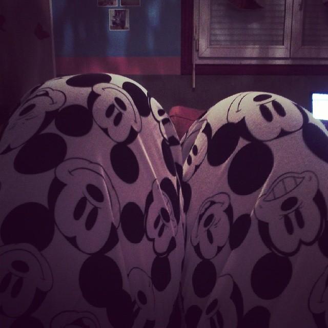 Rentrer chez soi et mettre son nouveau pyjama Mickey devant son of anarchy saison 6. #mickey #disney #undiz #ourlittlefamily #france