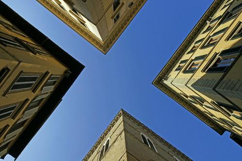 italien blue sky italy house building florence pov perspective himmel haus firenze blau gebäude perspektive kreuzung 2012 februar florenz blicknachoben viewup ialia crossong dorenawm viaorsanmichele vialdeicalzaioli