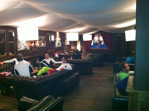 Vista de la zona de mesas del lounge-club