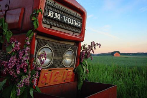 sunset tractor field grass barn sunrise suomi finland volvo midsummer midnight juhannus auringonlasku pelto auringonnousu toijala keskiyönaurinko akaa
