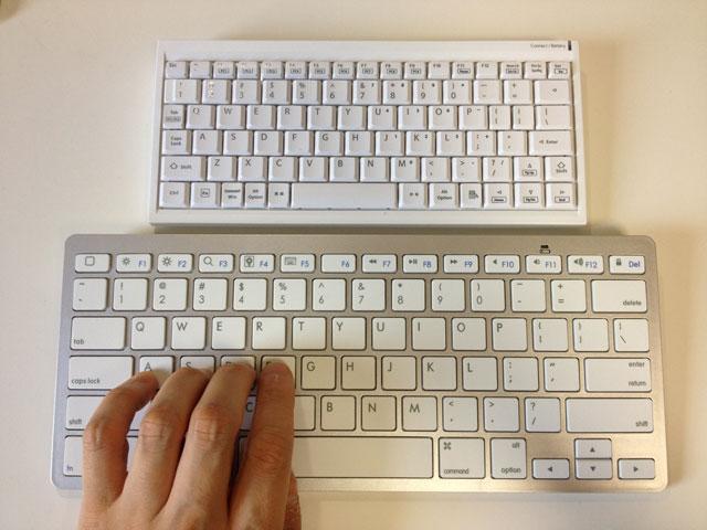 標準キーボードに指を置く