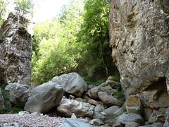 Avant la confluence Frassiccia/Velacu : dans le lit du ruisseau, un resserrement rocheux