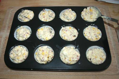 20 - In Muffinform füllen / Put into muffin form