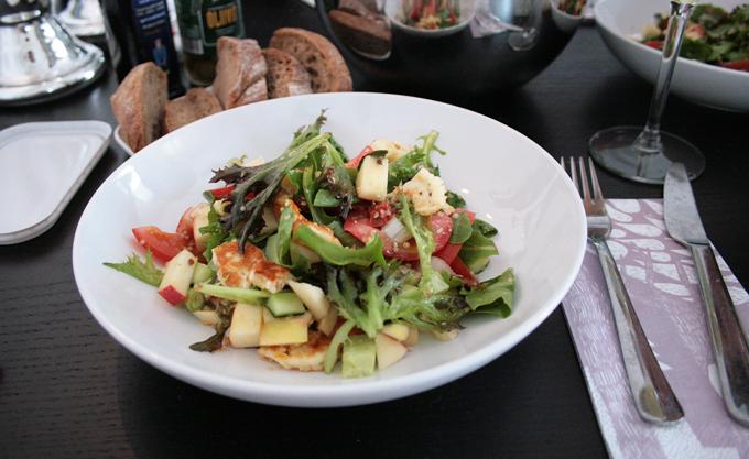 helppo halloum-salaatti