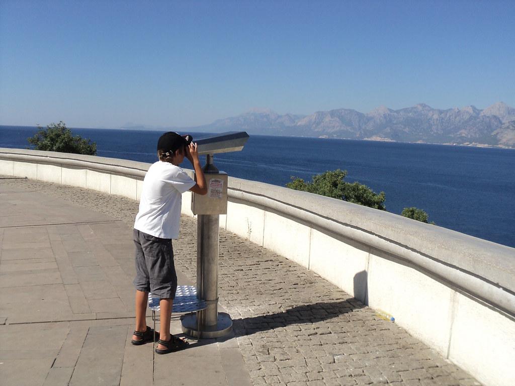 За 1 лиру на несколько минут можно вооружиться подзорной трубой и увидеть, как на пляже Konyaaltı загорают отдыхающие!