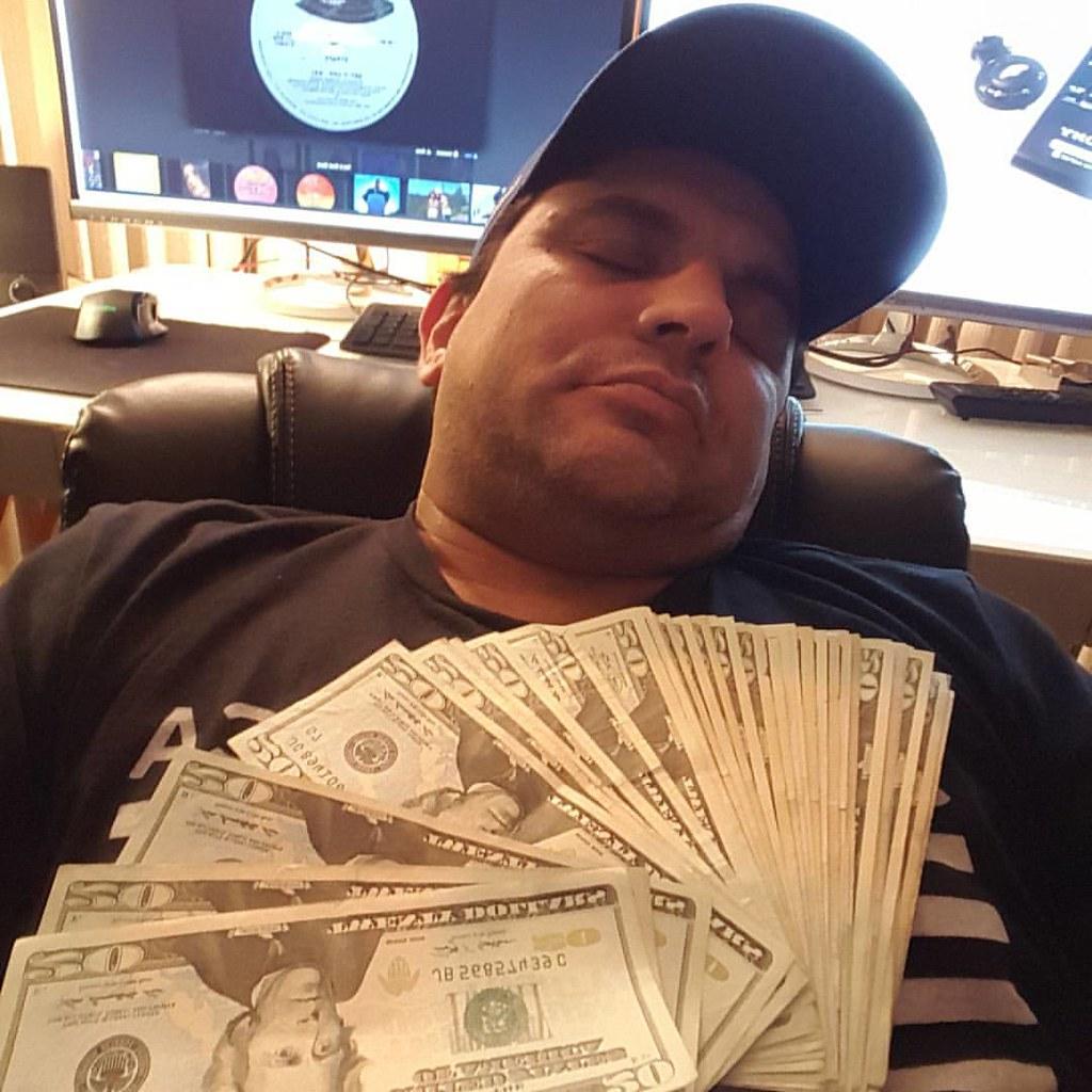#cashblanket #cashisking #money #cash #grind #work #youtuber #youtuberlife #MakinMoves #snn #timclarksnn #TimDawg