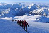 Kaukasus, Elbrus mit Ski. Sonnenaufgang auf 5.000 Meter Höhe am Elbrus. Foto: Günther Härter.