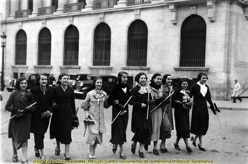 Barcelona, 13 de diciembre de 1935, festividad de Santa Lucía. by Octavi Centelles