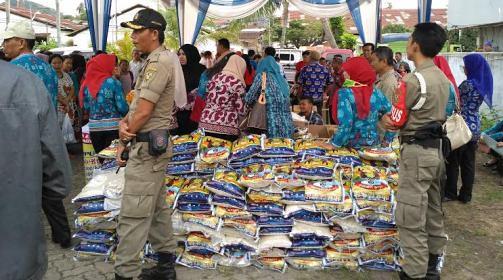 Pembagian Beras di Pasar Murah (Raissa, 9 Juni)