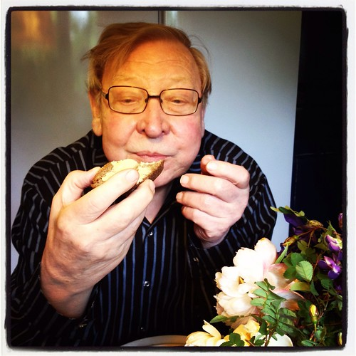 Min pappa äter estniskt rågbröd på sin 75-årsdag