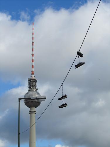 Fernsehturm am Alex mit Schuhen