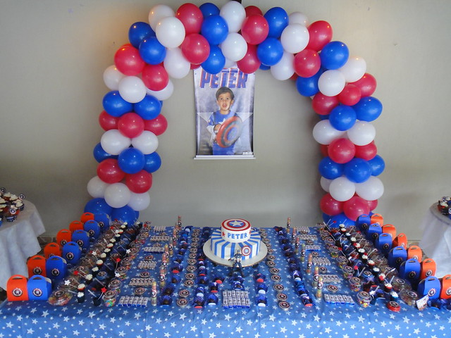 Table decoration captain america birthday party flickr for American party decoration