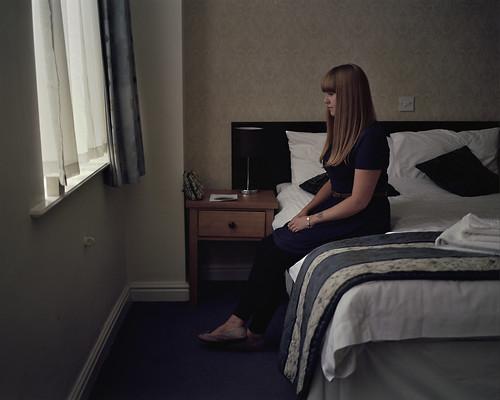 [フリー画像素材] 人物, 女性, 女性 - 座る, 人物 - 横顔・横を向く, イギリス人 ID:201209030800