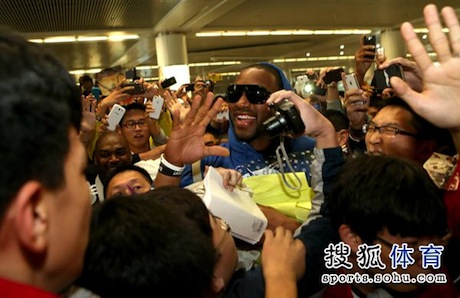 October 24th, 2012 - Tracy McGrady is greeted by lots of fans at the Qingdao airport