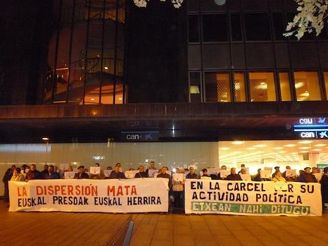 2012-11-05- Kontzentrazioa Iruñean, PPren egoitzaren aurrean