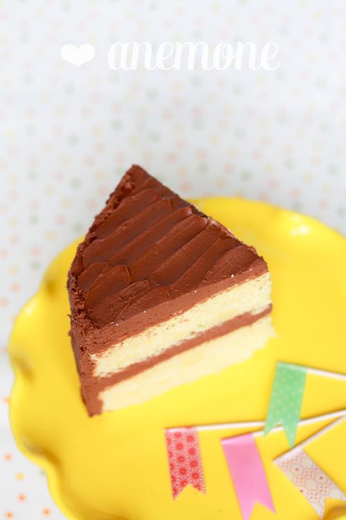 Yellow cake con frosting al cioccolato e panna acida