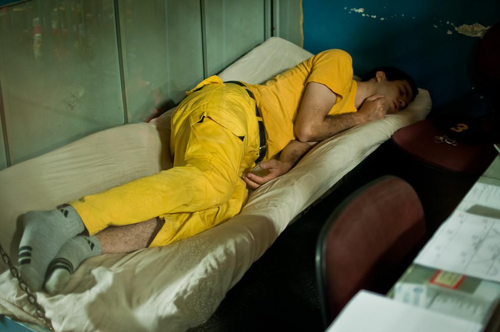"""En una noche de guardia el operador de radio asignado tiene un lugar para dormir en la sala de radios. Pero no duerme profundamente como uno quisiera ya que la escucha de la frecuencia de radio del cuerpo de bomberos no permite el sueño a profundidad. En cualquier momento la central de bomberos """"Alfa"""" puede llamar por teléfono o por radio para solicitar un servicio. Hay noches en que no hay una sola llamada y hay otras, dependiendo del día de la semana, en que ocurren repetidamente. (Elton Núñez)"""