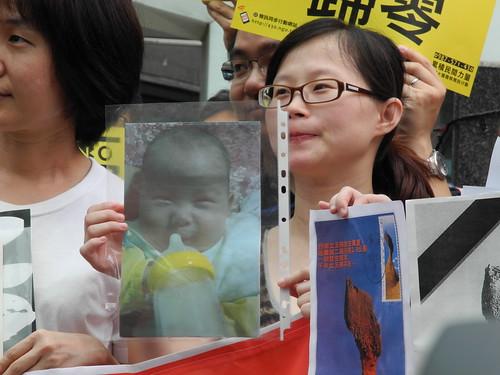帶著寶寶照片的年輕母親希望自己的孩子在安全的環境長大,這個平凡的願望,政府做得到嗎?