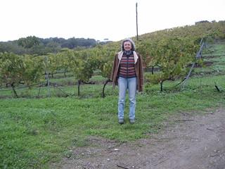 Viñedos de las Colonias de Galeón. Junto a ellos la copropietaria, Elena Viguera.