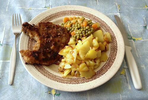 Schweine-Kotelett mit Bratkartoffen, Erbsen & Möhren / Pork chop with fried potatoes, peas & carrots