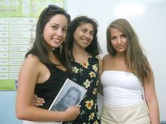 regalando mi poemario Madre  a Radostina y a Yordanka