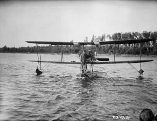 Avro 552A Viper biplane, registration # G-CYGI, RCAF, Cormorant Lake, Manitoba, 1925 / Biplan 552A Viper d'Avro, numéro d'immatriculation G CYGI, ARC, lac Cormorant, Manitoba, 1925