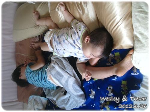 120628-一對寶熟睡