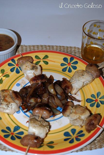 Mini spiedini speziati con cipolle caramellate alla birra e contorno di Jalisco alla Messicana (1)