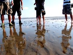 開心的踩在泥灘地