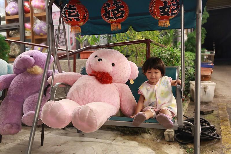 小熊娃娃和搖椅