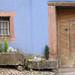 Et voici la vieille porte adjacente aux jardinieres dans Niedermorschwihr