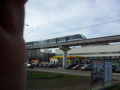 Train aérien dans le quartier d'Ostankino