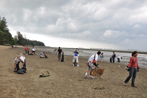 21earth-day-cleanup-tanah-merah-28apr2012[benjamin-tan]