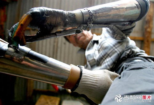 chinese_man_builds_himself_bionic_hands_from_scrap_metal_640_17